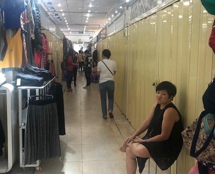 Loạt gian hàng tại Saigon Square đóng cửa nghỉ bán né kiểm tra của quản lý thị trường. Ảnh: QLTT HCM