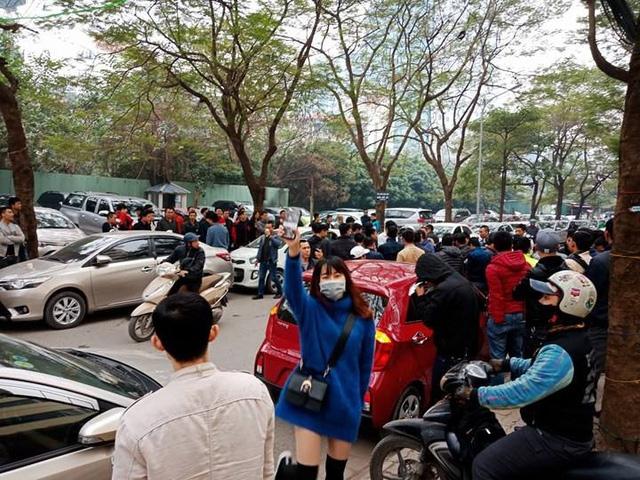 Hàng trăm lái xe Grab tụ tập phản đối công ty này