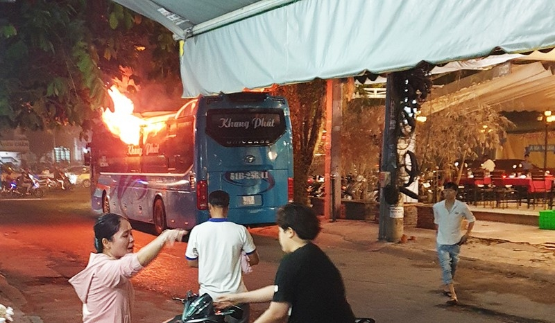 Xe khách cháy dữ dội ở Tân Bình, đường Cộng Hòa kẹt cứng - ảnh 1