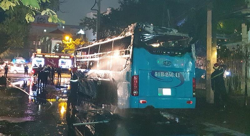 Xe khách cháy dữ dội ở Tân Bình, đường Cộng Hòa kẹt cứng - ảnh 2