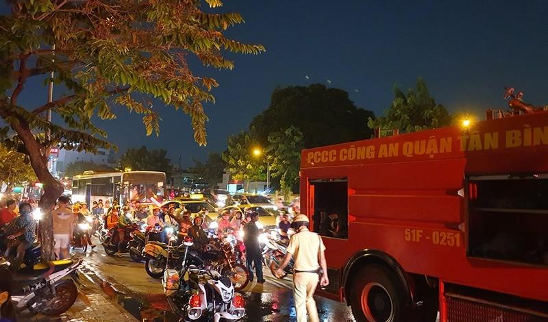 Xe khách cháy dữ dội ở Tân Bình, đường Cộng Hòa kẹt cứng - ảnh 3