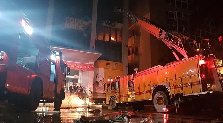 Cảnh sát PCCC Thanh Hoá khống chế đám cháy. Ảnh: Lê Hoàng.