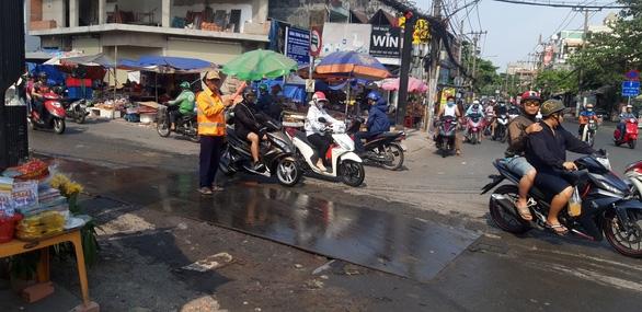 Xử vụ tấm sắt trơn khiến hàng loạt người đi xe máy té ngã - Ảnh 1.