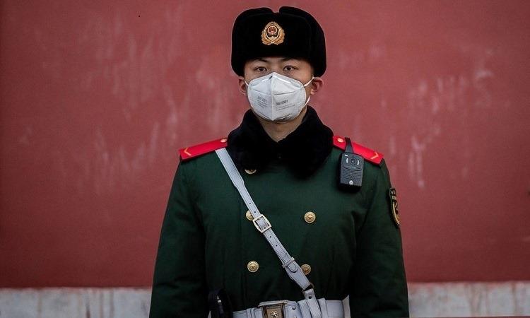 Quân cảnh Trung Quốc gác tại Cấm Cung, Bắc Kinh hôm 25/1. Ảnh: AFP.