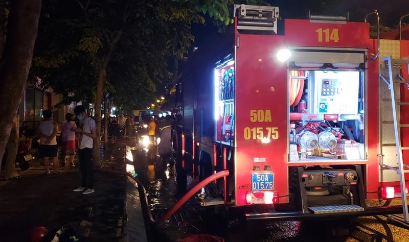 Cháy cửa hàng vali gần sân bay Tân Sơn Nhất vào đêm khuya - ảnh 1