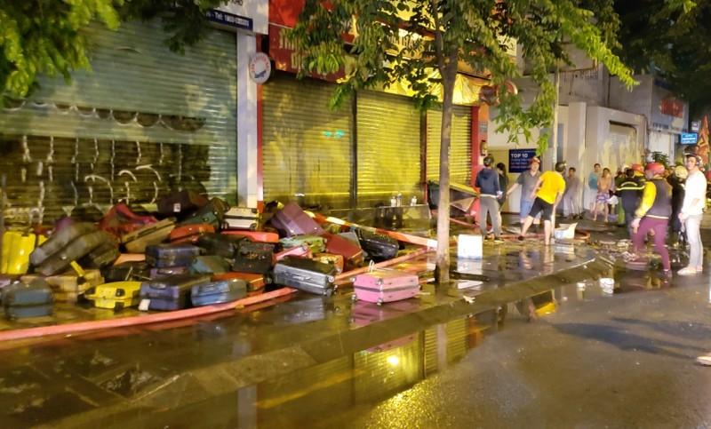Cháy cửa hàng vali gần sân bay Tân Sơn Nhất vào đêm khuya - ảnh 2