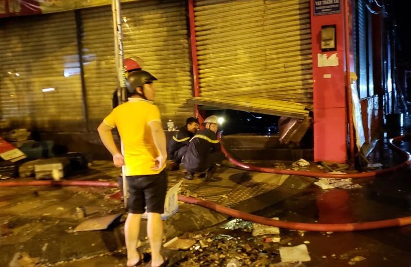 Cháy cửa hàng vali gần sân bay Tân Sơn Nhất vào đêm khuya - ảnh 3