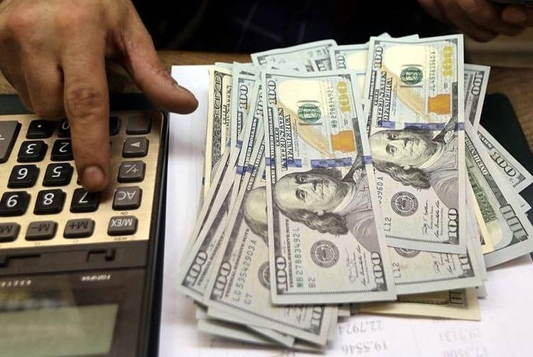 Nhân viên đếm tiền tại một quầy đổi tiền ở Ai Cập. Ảnh: Reuters