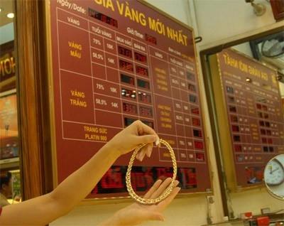Phiên giao dịch sáng nay 9/2, giá vàng SJC đảo chiều đi lên; trong khi giá vàng thế giới giảm mạnh phiên thứ 3 liên tiếp và xuống đáy 5 tuần do đồng USD tiếp tục tăng dữ dội.