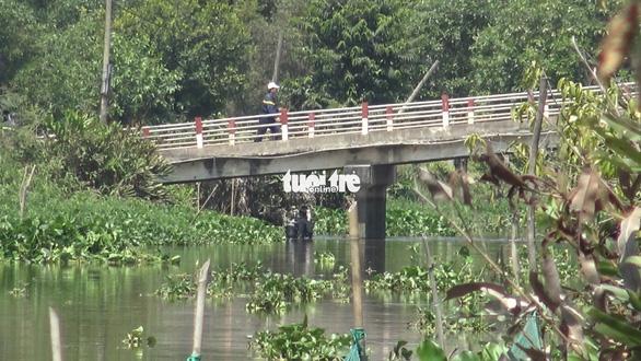 Công an tìm vật chứng trên kênh gần nhà hoang Tuấn khỉ bị tiêu diệt - Ảnh 3.