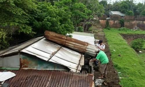 Người dân Thượng thành tháo dỡ nhà cửa