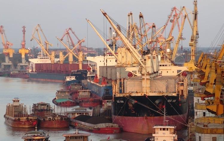 Ngoài tàu biển đến từ Trung Quốc, các tàu đến từ Hàn Quốc, Nhật Bản sẽ được kiểm soát y tế trước khi cập cảng bốc xếp hàng hóa. Ảnh: Giang Chinh