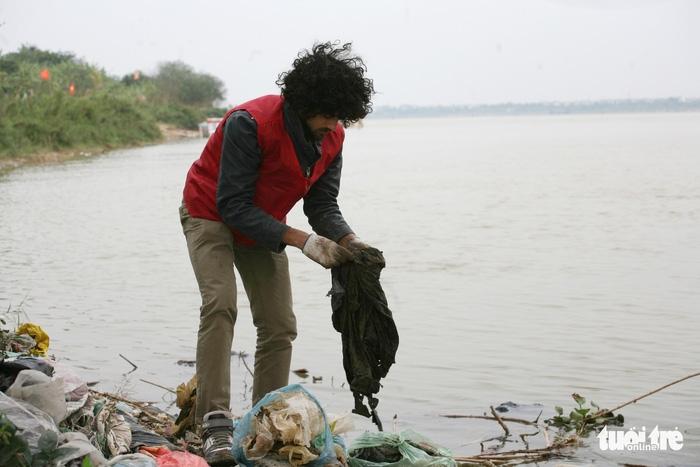 Cúng Táo Quân: Chàng trai Tây tình nguyện dọn rác bảo vệ môi trường - Ảnh 2.