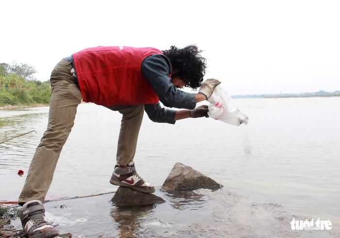 Cúng Táo Quân: Chàng trai Tây tình nguyện dọn rác bảo vệ môi trường - Ảnh 3.