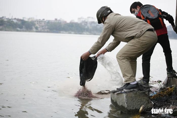 Cúng Táo Quân: Chàng trai Tây tình nguyện dọn rác bảo vệ môi trường - Ảnh 7.