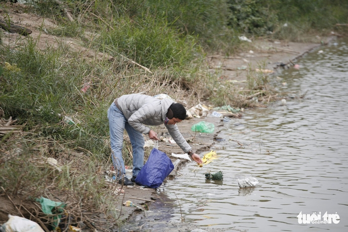 Cúng Táo Quân: Chàng trai Tây tình nguyện dọn rác bảo vệ môi trường - Ảnh 8.