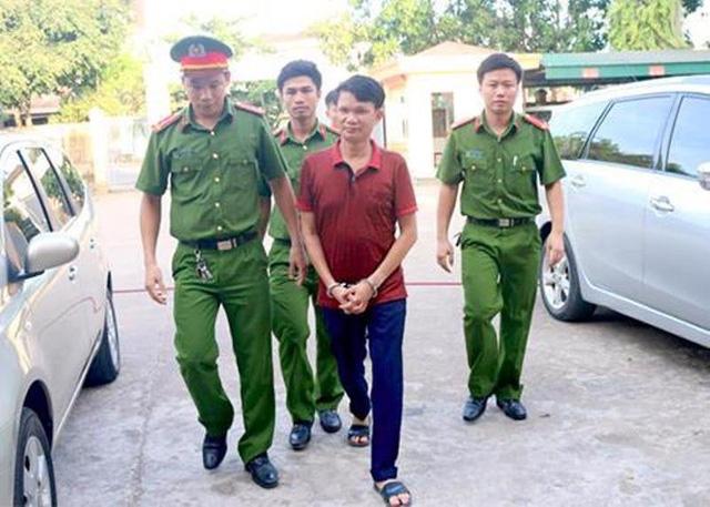 Ông Đặng Tiến Đức (áo đỏ) bị tuyên phạt 3 năm tù treo về hành vi trốn thuế