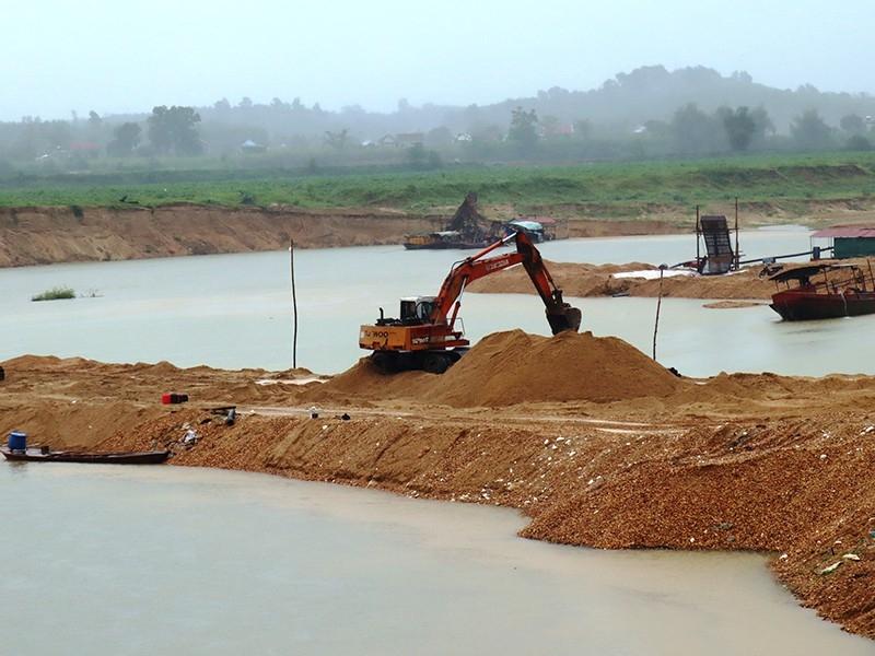 Ngang nhiên đắp đê ngăn sông khai thác cát - ảnh 1