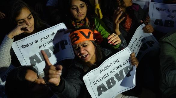 Ấn Độ treo cổ 4 tên cưỡng hiếp tập thể, giết chết cô gái trên xe buýt - Ảnh 1.
