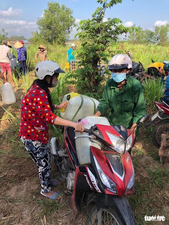 Thêm 150.000 lít nước từ TP.HCM về với bà con vùng hạn mặn - Ảnh 1.