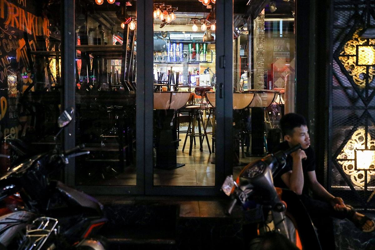 Hàng loạt nhà hàng, quán bar, beerclub, massage tại phố đi bộ Bùi Viện đóng cửa tối 14/3. Ảnh: Quỳnh Trần.