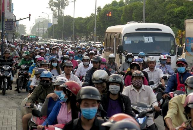 """Hàng ngàn phương tiện dường như """"chôn chân"""" trên đường Hoàng Văn Thụ hướng về ngã tư Phú Nhuận"""