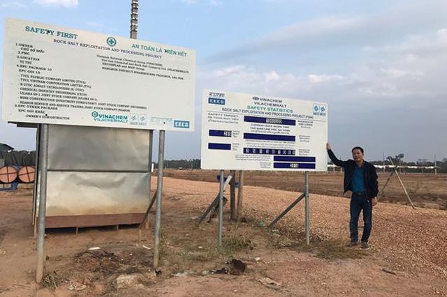 PV Tiền Phong đứng bên bảng đồng hồ đếm ngược của dự án.