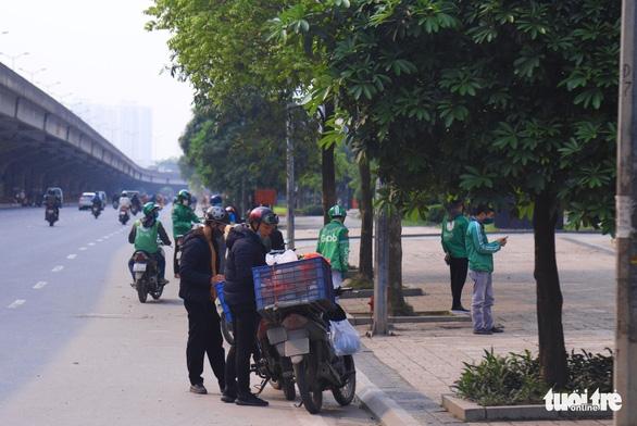Sau 1 tuần cách ly, đường sá Hà Nội lại đông đúc - Ảnh 5.