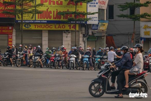 Sau 1 tuần cách ly, đường sá Hà Nội lại đông đúc - Ảnh 6.