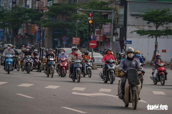 Sau 1 tuần cách ly, đường sá Hà Nội lại đông đúc - Ảnh 7.