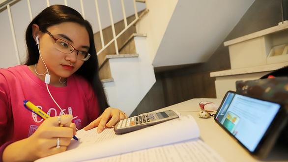 Không đi học vẫn thu phí: Đừng đẩy khó cho phụ huynh - Ảnh 1.