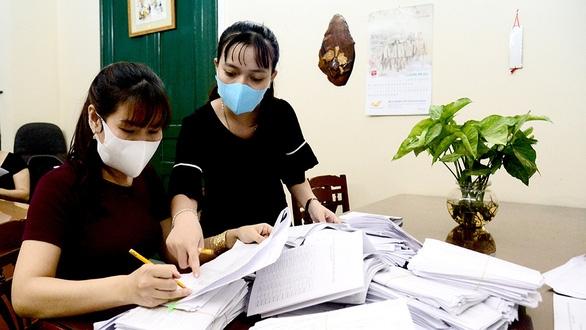 Phát tiền cho người khó khăn: Chờ Bộ LĐ-TB&XH! - Ảnh 1.
