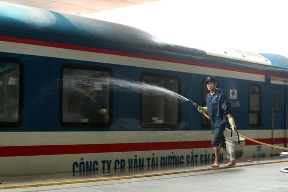 Đường sắt chạy lại nhiều chuyến tàu địa phương - Ảnh 1.