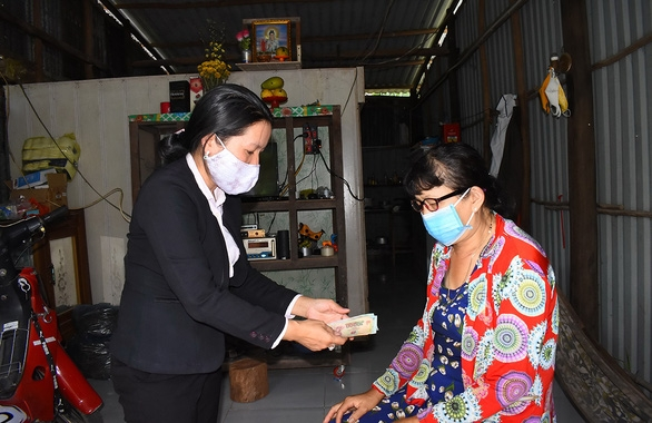 Nhiều tỉnh miền Tây trao tiền hỗ trợ cho dân - Ảnh 1.
