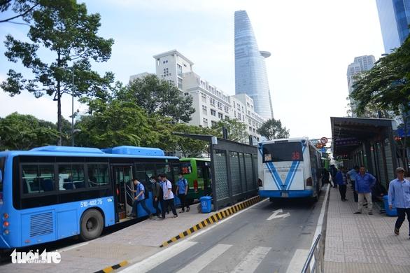Ngày mai 72 tuyến xe buýt TP.HCM chạy lại - Ảnh 1.