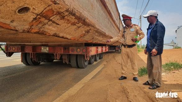 Xe tải chở tàu gây kẹt xe đã đi khoảng 90km trước khi bị tạm giữ - Ảnh 2.