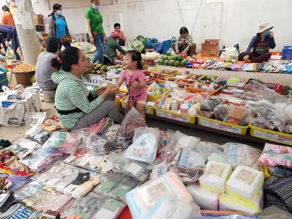 Bắt thêm chồng Loan cá trong vụ lấy tiền bảo kê của hàng trăm tiểu thương - Ảnh 2.