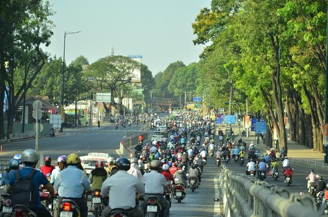 Riêng một số khu vực ở quận Gò Vấp hơi đông xe, nhưng vẫn khá thông thoáng so với giờ cao điểm thường ngày