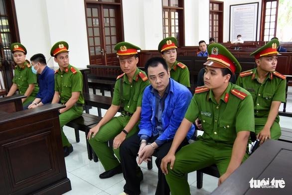 Nhóm 'giang hồ' vây xe chở công an ở Biên Hòa hầu tòa - Ảnh 1.