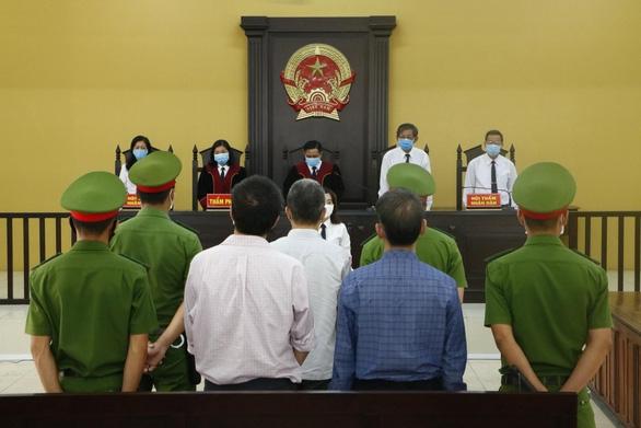 Cựu bí thư Bến Cát bị tuyên 10 năm tù - Ảnh 1.