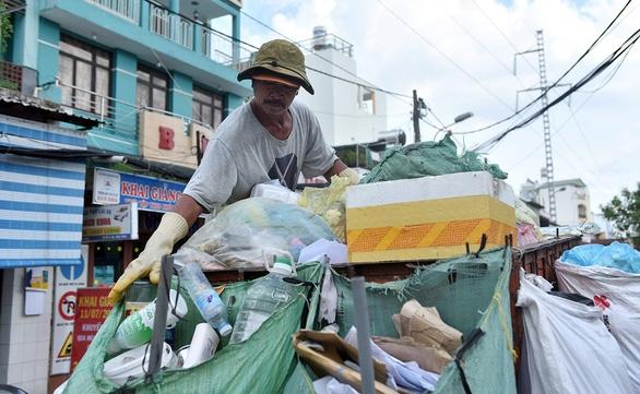 Người gom rác không thể mang cân khi đi hốt rác, Bộ nói sao? - Ảnh 1.