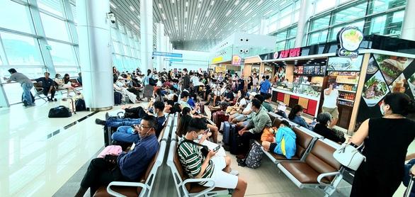 Hàng trăm chuyến bay bị ảnh hưởng do Tân Sơn Nhất đóng đường băng - Ảnh 1.
