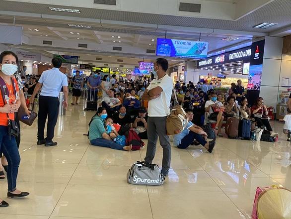 Hàng trăm chuyến bay bị ảnh hưởng do Tân Sơn Nhất đóng đường băng - Ảnh 4.