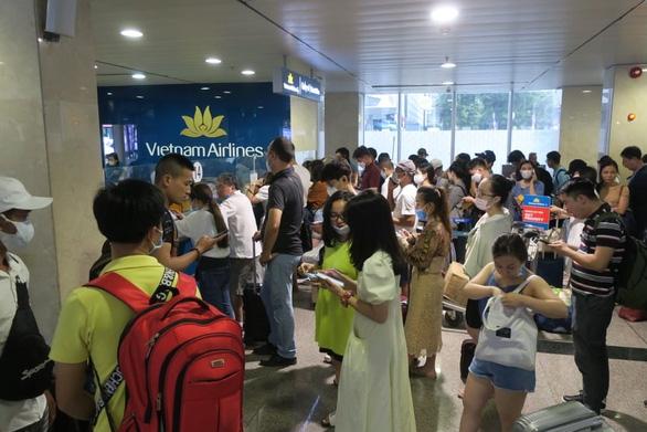 Hàng trăm chuyến bay bị ảnh hưởng do Tân Sơn Nhất đóng đường băng - Ảnh 7.