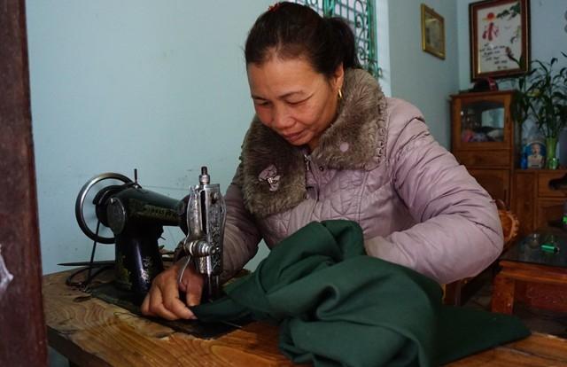 Chăn nuôi, trồng rừng, chạy chợ, những lúc rảnh rỗi, chị Vượng nhận sửa quần áo cũ cho bà con trong bản. Sau cái giá phải trả cho lòng tham và sự thiếu hiểu biết đã khiến chị trân quý hơn những đồng bạc lẻ kiếm được từ công sức lao động của mình