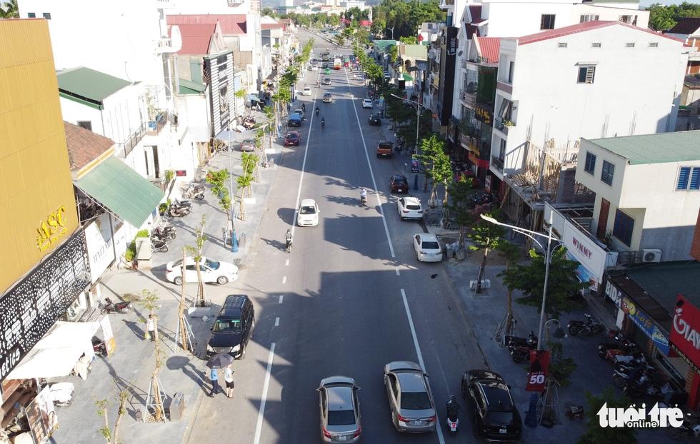 Hàng loạt cây xanh thành phố Vinh bị vặt trụi trong nắng nóng 40 độ - Ảnh 12.