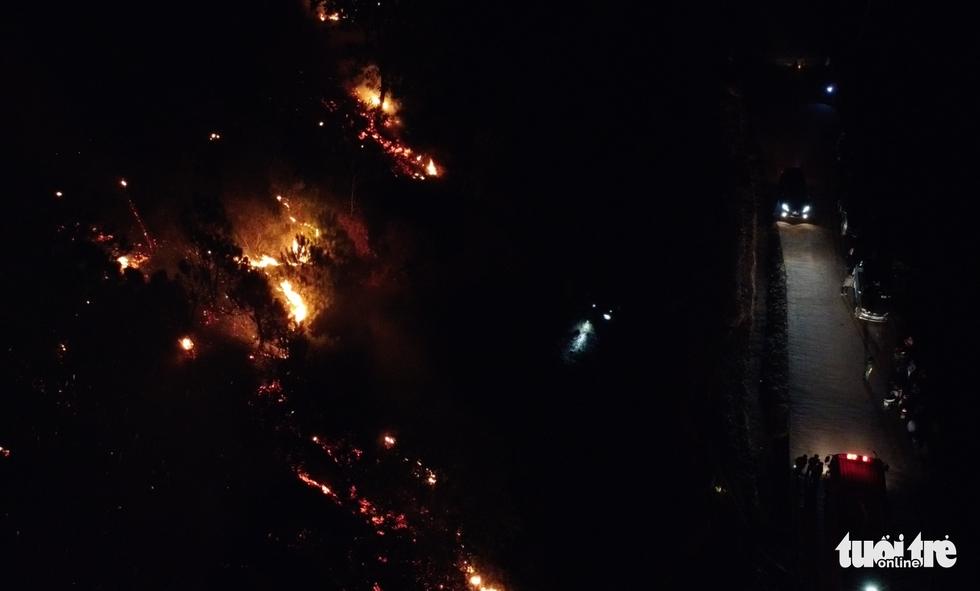 Cận cảnh xuyên đêm chiến đấu 'giặc lửa' cứu rừng - Ảnh 11.