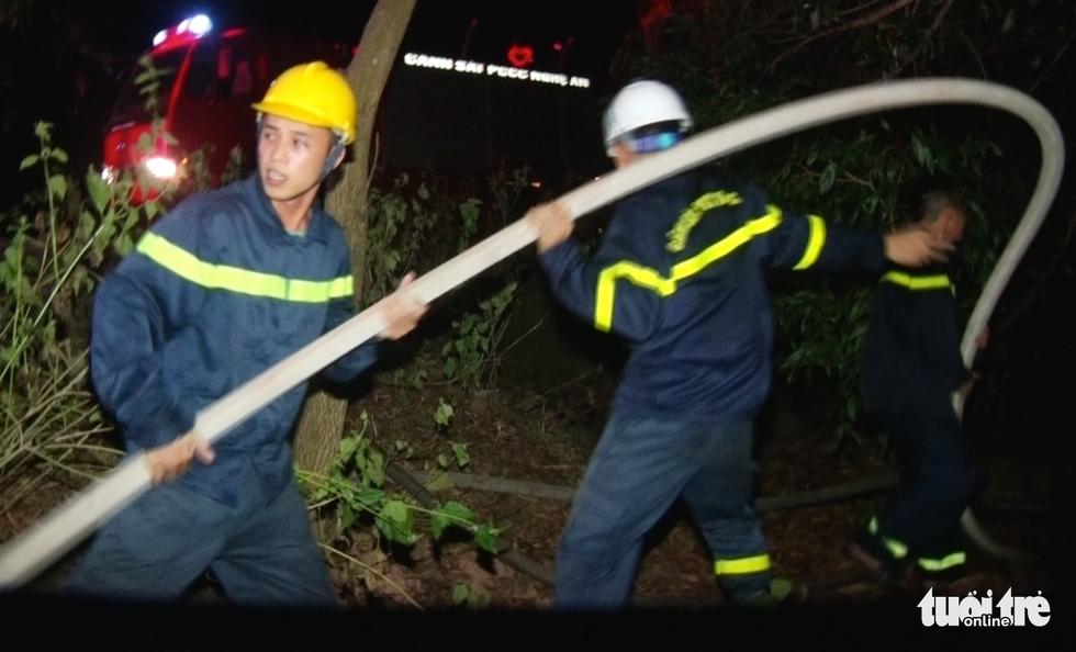 Cận cảnh xuyên đêm chiến đấu 'giặc lửa' cứu rừng - Ảnh 6.