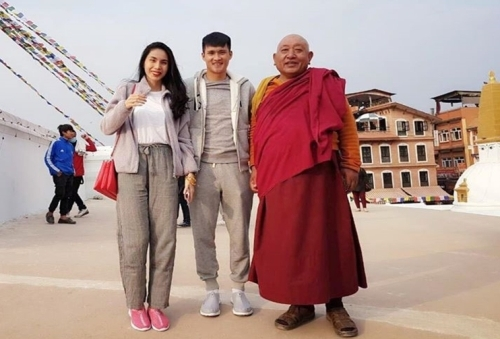 Thủy Tiên là người theo đạo Phật, thường xuyên ăn chay, đi hành hương ở trong và ngoài nước. Từ khi lấy cô, Công Vinh cũng siêng năng đi chùa, đọc kinh...