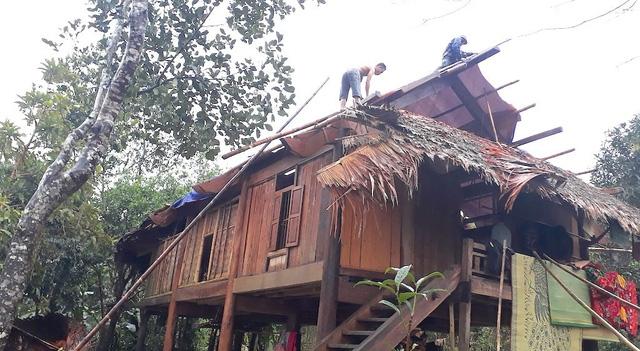 Theo thống kê, thì cơn lốc đã làm cho xã nghèo Bình Chuẩn 30 căn nhà bị hư hỏng.